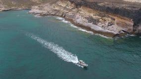 Tenerife, Λα Caleta, Ισπανία - 18 Μαΐου 2018: Εναέρια άποψη του Ατλαντικού Ωκεανού και της βάρκας, Κανάρια νησιά φιλμ μικρού μήκους