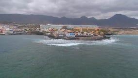 Tenerife, Λα Caleta, Ισπανία - 18 Μαΐου 2018: Εναέρια δύσκολη ακτή άποψης του Ατλαντικού Ωκεανού, Κανάρια νησιά απόθεμα βίντεο