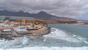 Tenerife, Λα Caleta, Ισπανία - 18 Μαΐου 2018: Εναέρια δύσκολη ακτή άποψης του Ατλαντικού Ωκεανού, Κανάρια νησιά φιλμ μικρού μήκους