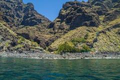 Tenerife μπλε ωκεανός και φύση Μεγάλοι απότομοι βράχοι και ήλιος Στοκ Φωτογραφίες
