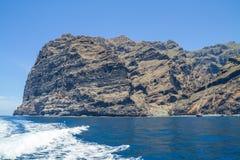 Tenerife μπλε ωκεανός και φύση Μεγάλοι απότομοι βράχοι και ήλιος Στοκ Εικόνες
