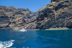 Tenerife μπλε ωκεανός και φύση Μεγάλοι απότομοι βράχοι και ήλιος Στοκ εικόνα με δικαίωμα ελεύθερης χρήσης