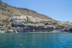Tenerife μπλε ωκεανός και φύση Μεγάλοι απότομοι βράχοι και ήλιος Στοκ εικόνες με δικαίωμα ελεύθερης χρήσης