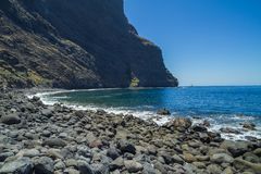 Tenerife μπλε ωκεανός και φύση Μεγάλοι απότομοι βράχοι και ήλιος Στοκ Εικόνα