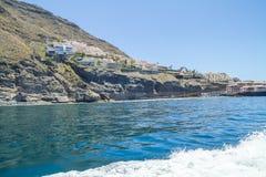 Tenerife μπλε ωκεανός και φύση Μεγάλοι απότομοι βράχοι και ήλιος Στοκ Φωτογραφία