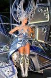 TENERIFE, 12 FEBRUARI: Carnaval, golven aan toeschouwers tijdens t Royalty-vrije Stock Foto's