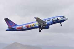 TENERIFE 10 APRIL: vliegtuig die, met Smurfs, 10 van start gaan April, Royalty-vrije Stock Afbeelding