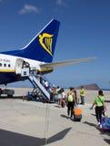 TENERIFE - 16 DE JULHO DE 2014: Passеngers que embarca o voo de Ryanair, o Foto de Stock