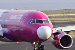 TENERIFE 17 DE JULIO: Avión a la tierra 17 de julio de 2017, canario de Tenerife Foto de archivo