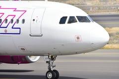 TENERIFE 17 DE JULIO: Avión a la tierra 17 de julio de 2017, islas Canarias España de Tenerife Imágenes de archivo libres de regalías