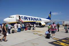 TENERIFE - 16 DE JULIO DE 2014: Passеngers que sube al vuelo de Ryanair, o Foto de archivo