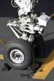 TENERIFE DEC 04: Detalj av det främre landa kugghjulet av en Boeing 757, December 04 2018 den Tenerife kanariefågeln är spain royaltyfria bilder