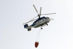 TENERIFE, EL 3 DE AGOSTO: Helicóptero de la lucha contra el fuego Foto de archivo libre de regalías