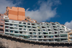 TENERIFE, ESPAÑA, agosto de 2015: Casa del centro turístico en la isla tropical Imagenes de archivo