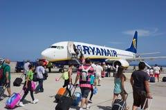 TENERIFE, ESPAÑA - 16 DE JULIO DE 2014: Passеngers que sube a Ryanair la Florida Imagen de archivo libre de regalías