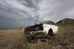 Tenerife, España, noviembre de 2017: coche viejo machacado vintage abundado Fotografía de archivo