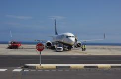 TENERIFE, ESPANHA - 16 DE JULHO DE 2014: O plano de Ryanair está reabastecendo próximo Fotos de Stock
