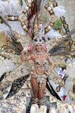 TENERIFE FEBRUARI 12: Karnevalet, vinkar till åskådare under t Arkivbild