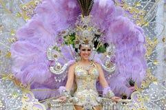 TENERIFE FEBRUARI 12: Karnevalet, vinkar till åskådare under t Arkivbilder