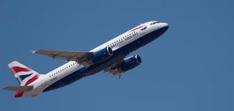 Tenerife, Hiszpania 15 03 2019 British Airways Aerobus A320-232 samolotu latanie w niebieskim niebie obraz stock