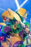 TENERIFE JANUARI 20: Karnevalgrupper och kostymerade tecken Arkivfoton