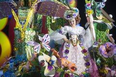 TENERIFE JANUARI 24: Tecken och grupper i karnevalet Arkivbild