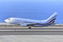 TENERIFE JULI 07: Flygplan som ska tas av JULI 07, 2017, Tenerife Fotografering för Bildbyråer