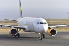 TENERIFE JULI 17: Nivå som ska landas Juli 17, 2017, Tenerife kanariefågel Arkivfoto
