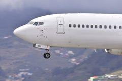 TENERIFE JULI 09: Plan landning, Juli 09, 2017, Tenerife kanariefågel Royaltyfri Foto