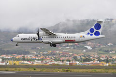 TENERIFE JULI 09: Plan landning, Juli 09, 2017, Tenerife kanariefågel Royaltyfri Bild