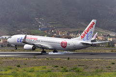 TENERIFE JULI 18: Plan landning, Juli 18, 2017, Tenerife kanariefågel Arkivbild