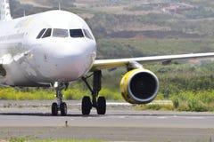 TENERIFE JULI 27: Plan landning, Juli 27, 2017, Tenerife kanariefågel Arkivbild