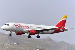 TENERIFE 18 JULI: Vliegtuig die, 18 Juli, 2017, de Kanarie van Tenerife landen Royalty-vrije Stock Foto