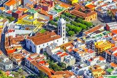 Tenerife kanariefågelöar, Spanien: Överblick av den härliga staden med kyrkan av Santa Ana arkivfoton