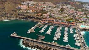 Tenerife, Los Gigantes, Ισπανία - 18 Μαΐου 2018: Εναέρια άποψη των σύγχρονων βαρκών πανιών, γιοτ σε μια προκυμαία φιλμ μικρού μήκους