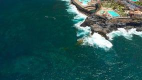 Tenerife, Los Gigantes, Ισπανία - 18 Μαΐου 2018: Εναέρια δύσκολα ακτή άποψης και ξενοδοχεία, Κανάρια νησιά φιλμ μικρού μήκους