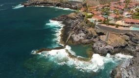 Tenerife, Los Gigantes, Ισπανία - 18 Μαΐου 2018: Εναέρια δύσκολα ακτή άποψης και ξενοδοχεία, Κανάρια νησιά απόθεμα βίντεο