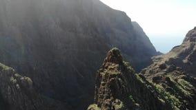 Πέταγμα πέρα από το φαράγγι Tenerife Masca Παλαιό χωριό στα βουνά Διάσημο σημείο τουριστών στο φαράγγι Masca που περιβάλλεται από απόθεμα βίντεο