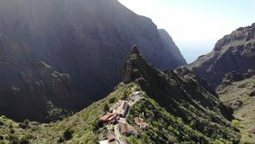 Πέταγμα πέρα από το φαράγγι Tenerife Masca Παλαιό χωριό στα βουνά Διάσημο σημείο τουριστών στο φαράγγι Masca που περιβάλλεται από φιλμ μικρού μήκους
