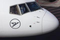 TENERIFE, O 4 DE DEZEMBRO: Primeiro oficial que acena da cabina do piloto, o 4 de dezembro 2018, canário de Tenerife são spain imagens de stock