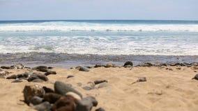 Tenerife Oceaan Overzeese golven Strand Schilderachtig overzees landschap Geel zand, overzeese stenen stock footage
