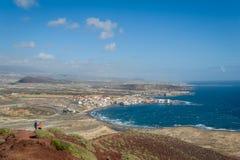 Tenerife som fotvandrar slingor av det röda berget Arkivbilder