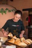 Tenerife, Spanje, Januari 2015: De serveerster bereidt verse croissants voor Royalty-vrije Stock Foto's