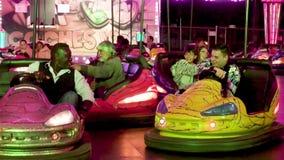 Tenerife, Spanje - Maart 9, 2019: Mensen die bumper van auto's genieten tijdens Tenerife Carnaval, Canarische Eilanden, Spanje stock video