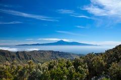 Tenerife unosi się na te morzu chmury Zdjęcia Royalty Free