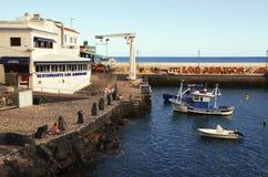 Teneriffa, Kanarische Inseln, Spanien - 22. Juli 2018: Malerische Bucht in Los Abrigos Los Abrigos ist ein kleines Fischerdorf im stockbild