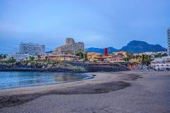 TENERIFFA SPANIEN - Dezember 2012: Las Amerika setzen mit Hotels am Abend auf den Strand Lizenzfreies Stockfoto
