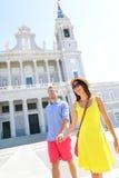 Tenersi per mano di camminata delle coppie a Madrid, Spagna Fotografie Stock