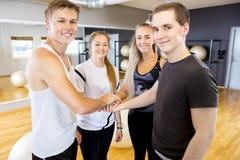 Tenersi per mano felice del gruppo di allenamento di forma fisica Fotografia Stock Libera da Diritti