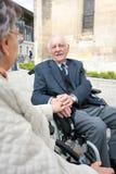Tenersi per mano handicappato senior felice delle coppie fotografia stock